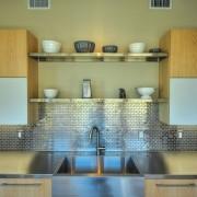 Металлическая мозаика отлично подходит для оформления рабочего фартука наа кухне