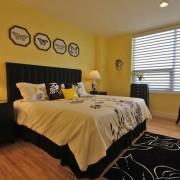 Черные краски в желтом интерьере