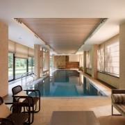 Одна стена помещения для бассейна полностью стеклянная