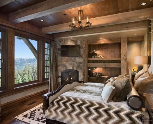 Спальная комната в доме в стиле шале