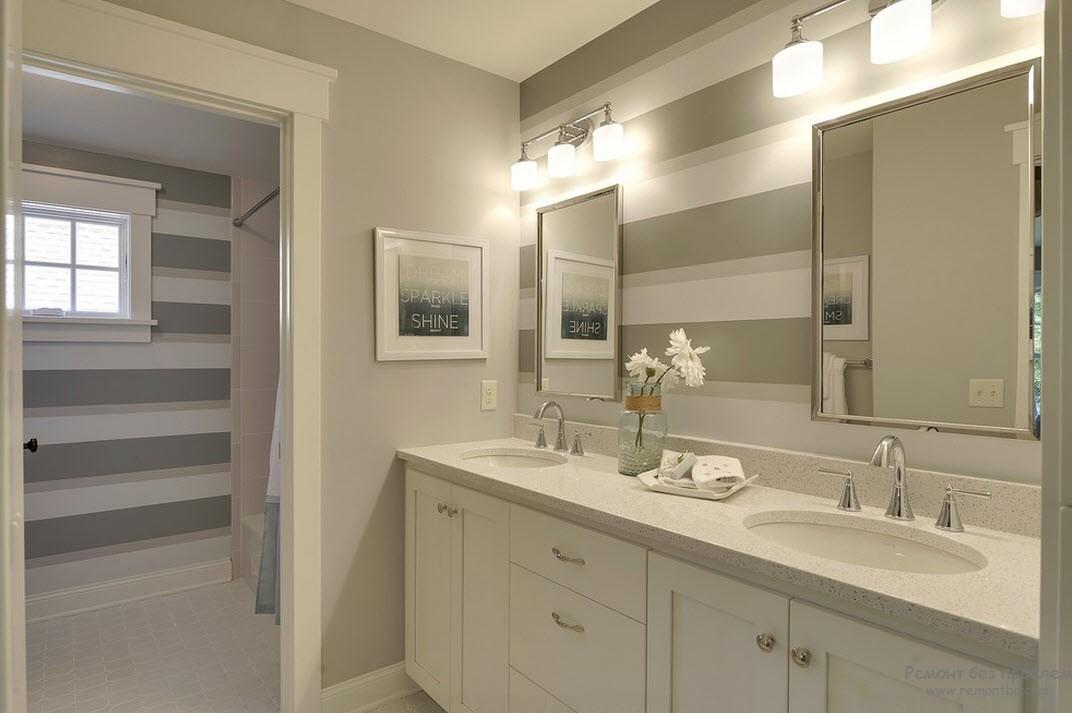 Оригинальный светлый дизайн ванной комнаты с широкими горизонтальными полосами на стенах под тон всему интерьеру