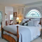Витражное окно у изголовья кровати