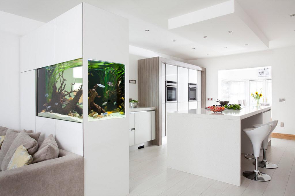Яркий акцент - аквариум  в разграничении двух пространств
