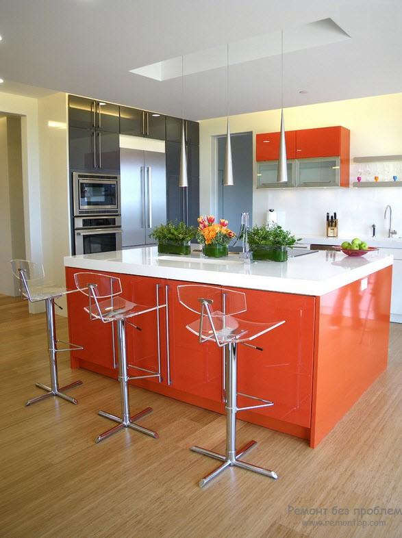 Оранжево-черный интерьер кухни, разбавленный белым цветом