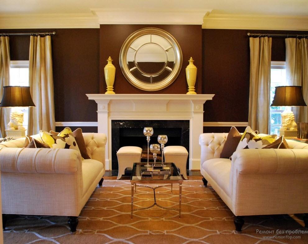 Позолота эффектно смотрится в интерьере коричневой гостиной
