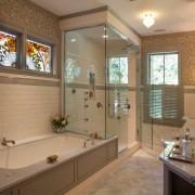 Яркие витражные конструкции в ванной