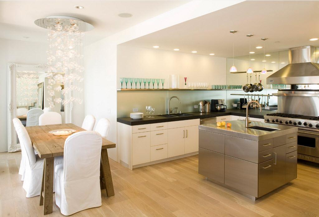 Благородное сочетание двух разных стилей в гостиной и кухне