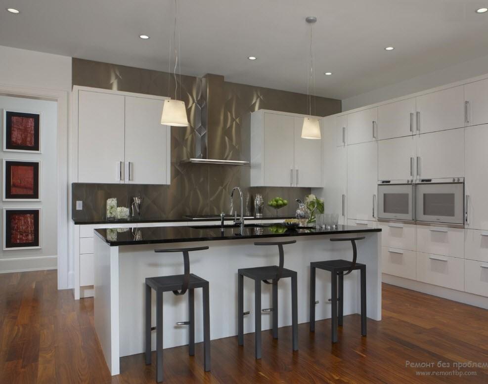 Интерьер кухни с рабочей поверхностью из металла