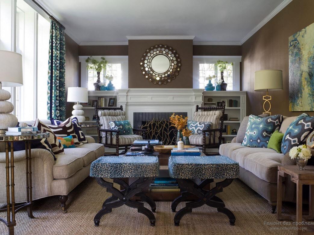 Интерьер коричневой гостиной, дополненный голубым и зеленым цветом