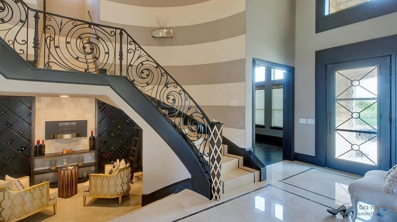 Роскошный интерьер холла с декорацией одной стены широкими полосами