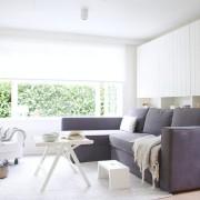Темный диван в белой гостиной