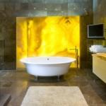 Солнце тает в воде или желтый цвет в дизайне ванной