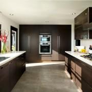 Интерьер кухни коричневого цвета — выбор уверенных в себе людей