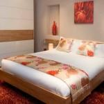 Яркая и стильная красная спальня