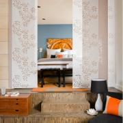 Панельные шторы разграничивают спальню и гостиную
