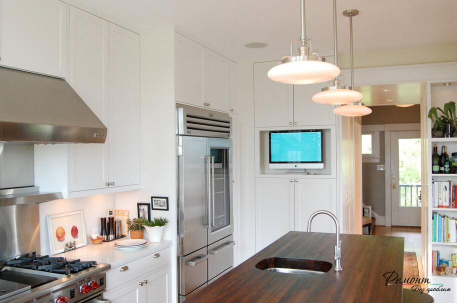 Белый шкаф с монитором на кухне