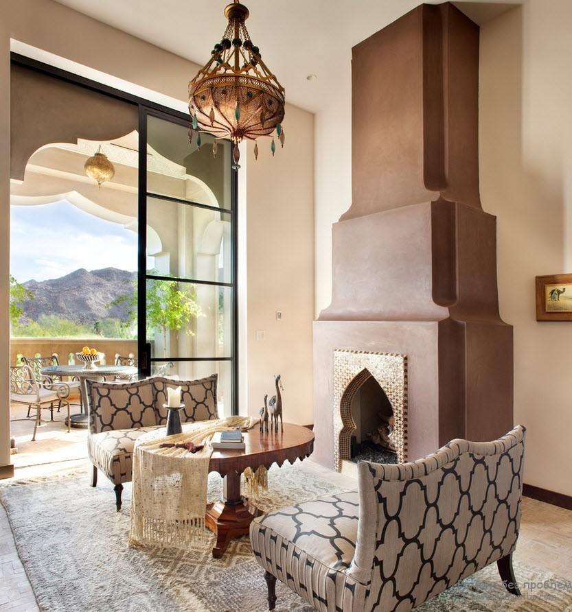 Арабский стиль в интерьере подчеркнут основными характерными элементами : скульптурный ковер, арочные проемы и светильник