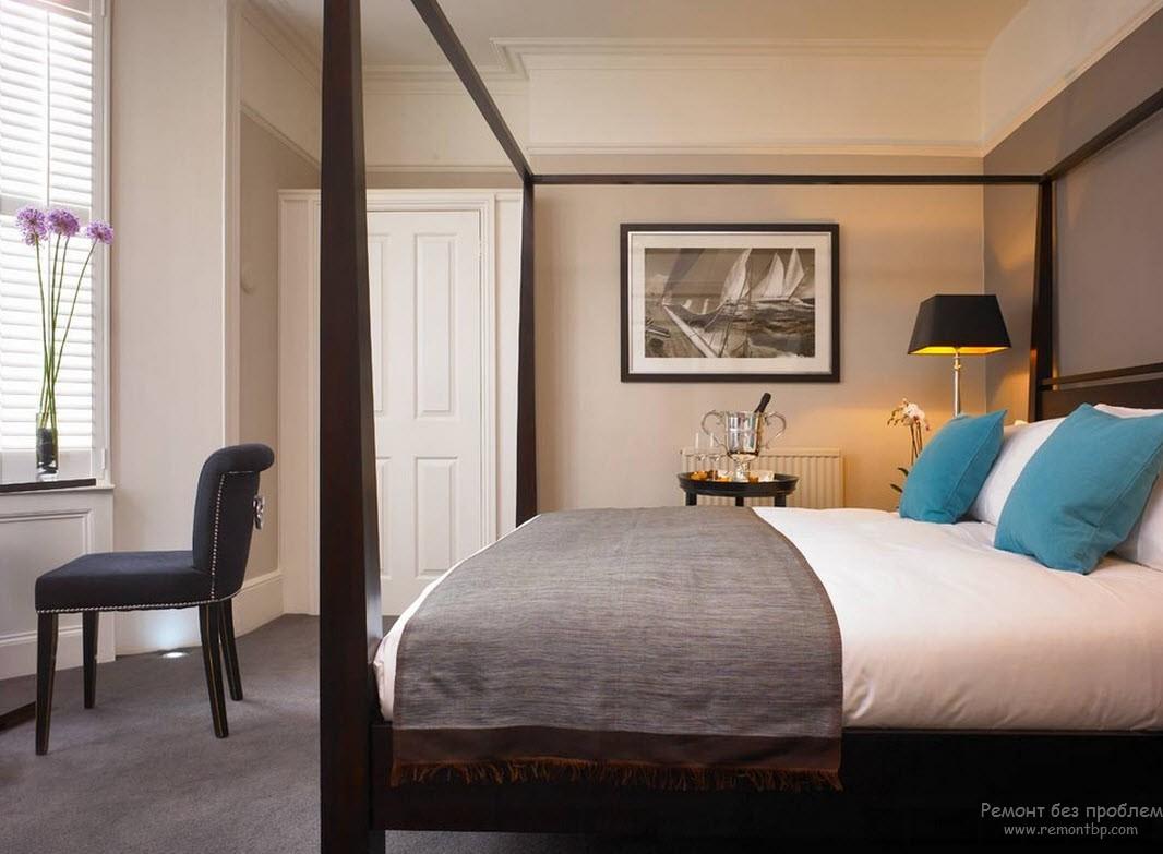 Яркие акценты в бирюзовом интерьере спальни