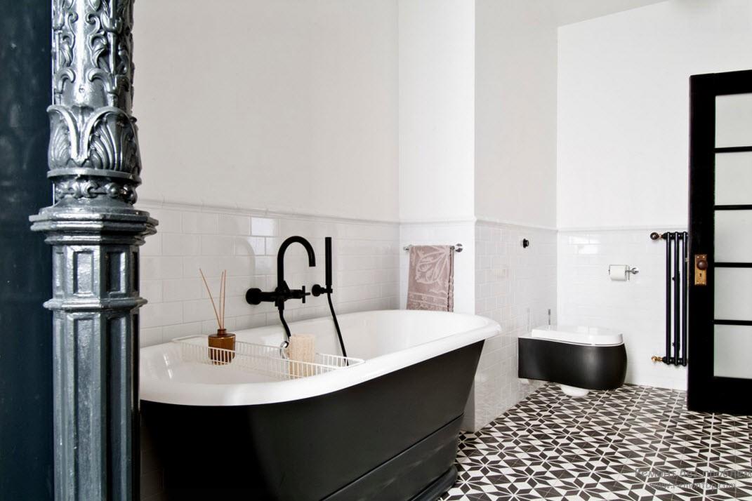Дизайн черно-белой ванной комнаты с колонной