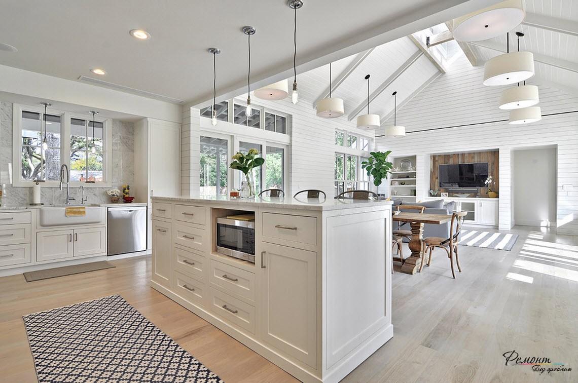 Красивый дизайн просторной кухни в загородном доме