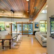 Больше пространства в современном деревянном интерьере