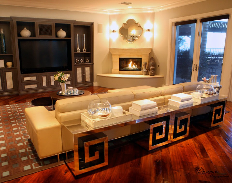 Красивая гостиная с угловым камином с отделкой из штукатурки