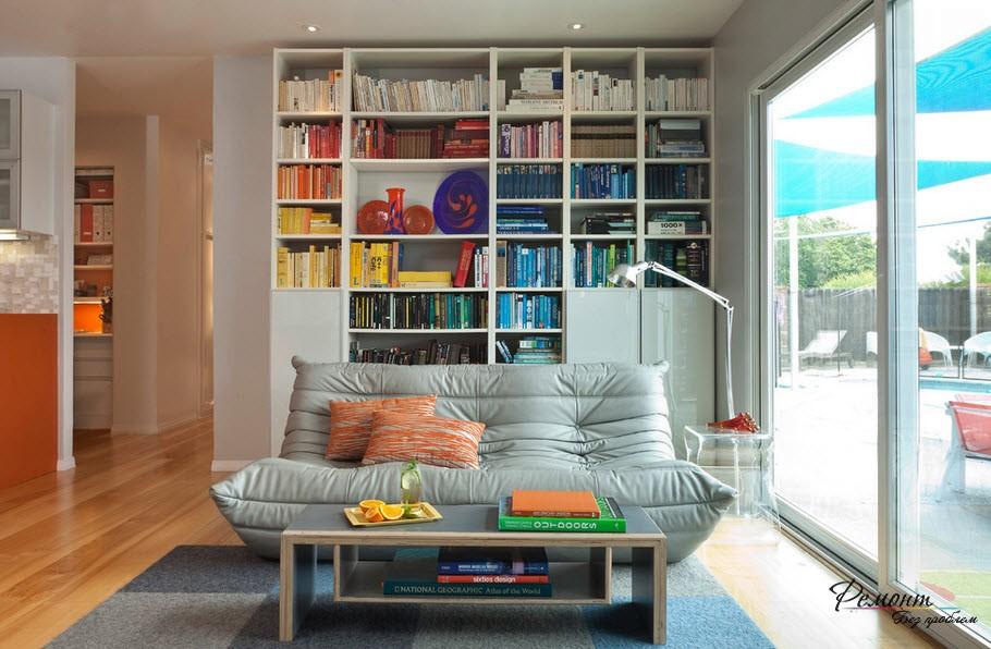 Стеллаж с книгами, расставленными по цветам, очень эффектно смотрится
