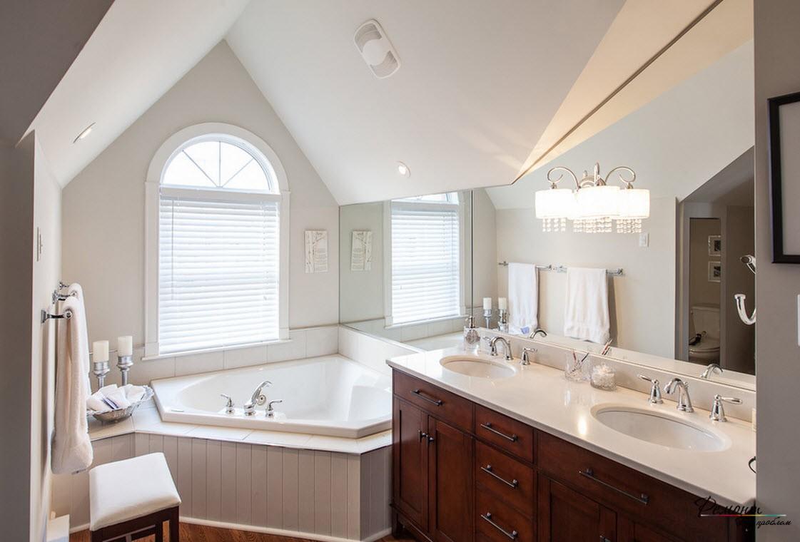 Ромбовидная ванна занимает мало места и просторна внутри