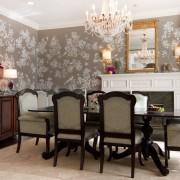 Благородный растительный орнамент придает элегантности интерьеру гостиной