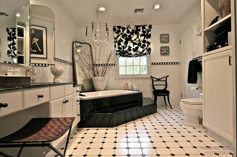 Хрустальная люстра идеальна для черно-белого интерьера ванной комнаты