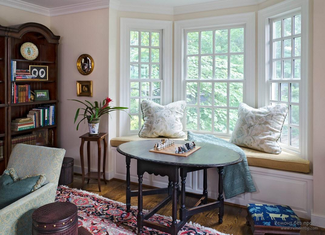 Стол перед диваном. Модно играть в шахматы или работать