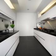 Черно-белая матовая кухня