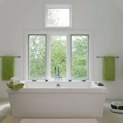 Зеленый интерьер создан при помощи штор и полотенцев