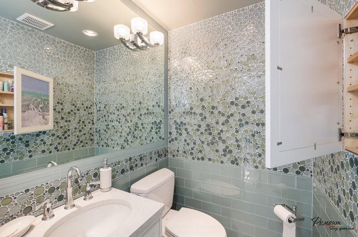 Мозаика хорошо смотрится на стене благодаря тому, что инсталяция унитаза и краны расположены на самом оборудовании