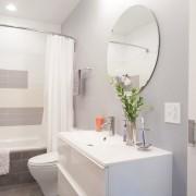 Одна зеленая веточка способна мгновенно преобразить серый интерьер ванной комнаты