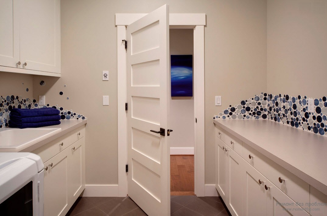 Белые двери, наличники и плинтусы