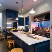 Белая столешница на синей кухне