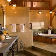 Эффектный дизайн ванной комнаты с подиумом