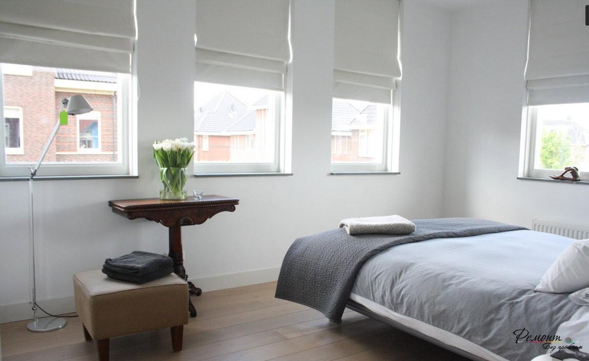 Спальня с плотными римскими шторами