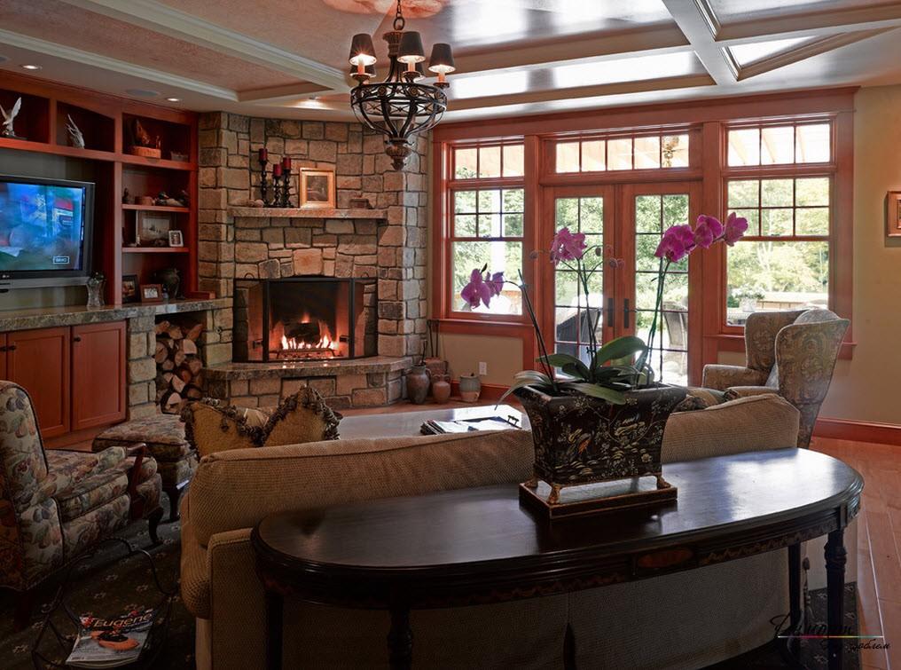 Красивая гостиная, центром которой является симметричный угловой камин