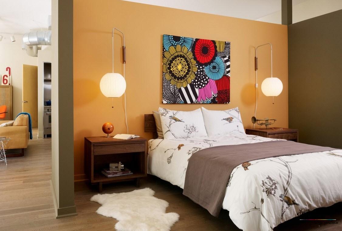 Яркая абстракция в спальне