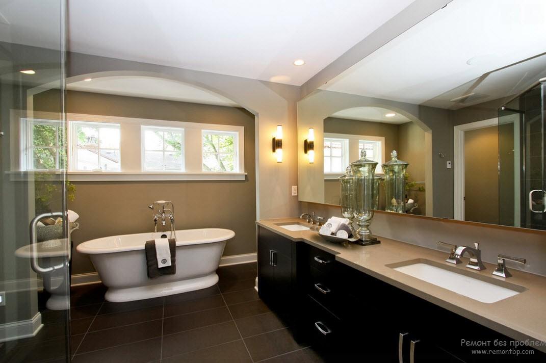 Эффектный интерьер ванной комнаты с использованием напольной плитки более темного тона
