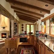 Деревянный потолок с балками