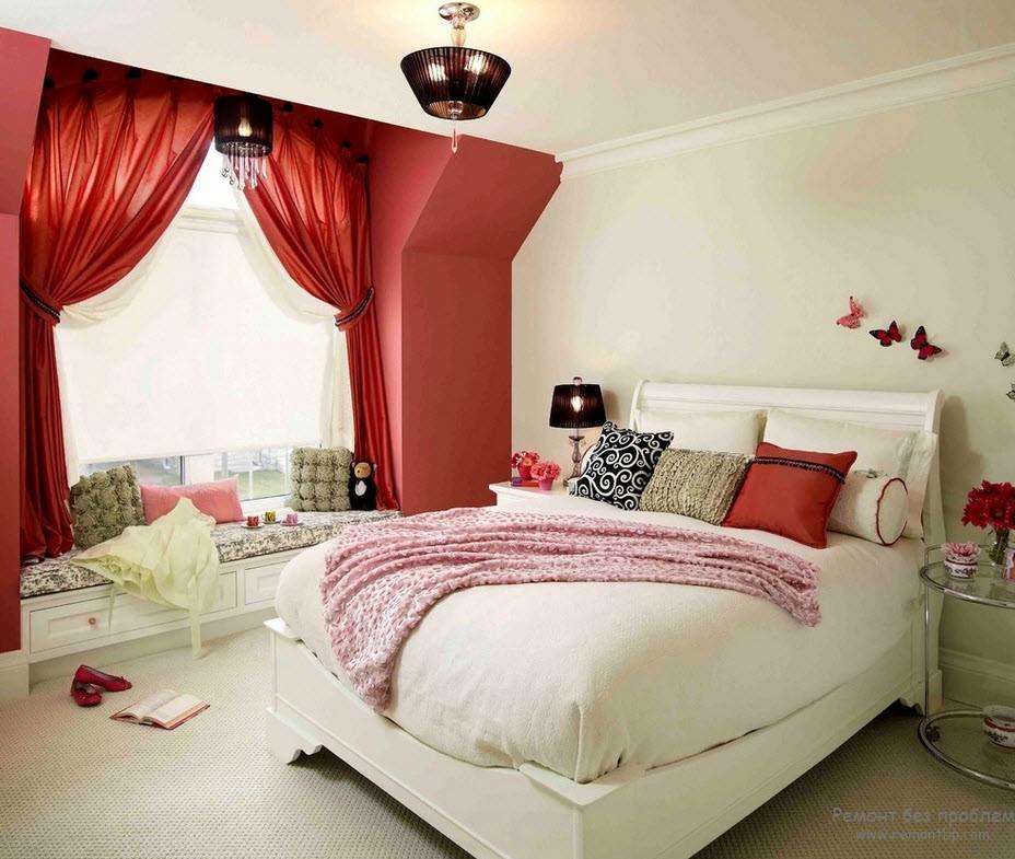 Красные шторы в спальне