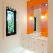 Зеркало в оранжевой ванной