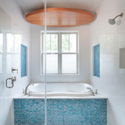 Яркие голубые акценты в ванной