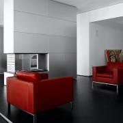 Красные кресла в гостиной
