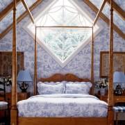 Текстиль и подушки на кровати повторяюстт рисунок обоев на стенеа
