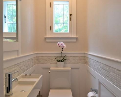 Маленький туалет в классическом белом цветовом решении