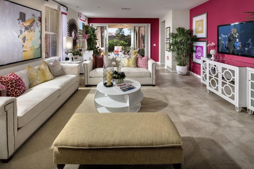 Эффектный интерьер розовой гостиной в сочетании с белыим и кремовым цветами